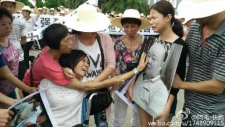 家属与业主数百人于7月5日下午到市政府维权请愿。(网络图片)