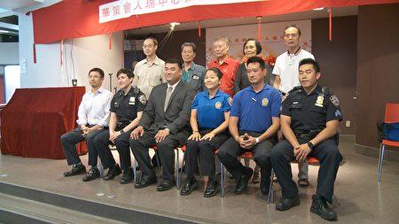 警方人员来到人瑞中心进行安全宣导。 (李凯文/大纪元)