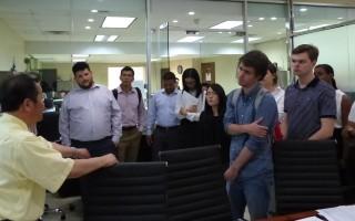 法拉盛华商会总干事杜彼得向到访的主计长斯静格办公室暑期实习生介绍法拉盛发展的情况和华人的贡献。。 (林丹/大纪元)