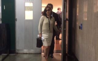 47岁的郑薇薇安昨天下庭后戴着墨镜快步离开。 (蔡溶/大纪元)