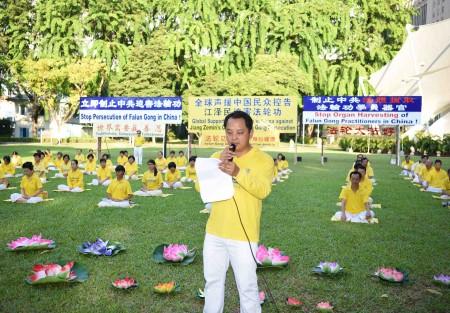 图为新加坡法轮佛学会副会长维克多在纪念720的集会上宣读声明。(Tony/大纪元)