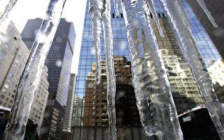曼哈頓57街被稱為富豪街,在大夏天裡,57街的地產卻透著寒氣。 (TIMOTHY A. CLARY/AFP/Getty Images)