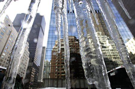 曼哈顿57街被称为富豪街,在大夏天里,57街的地产却透著寒气。 (TIMOTHY A. CLARY/AFP/Getty Images)