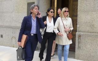 嚴雪瑞(中間戴墨鏡者)與律師和友人一起,離開聯邦法庭。 (蔡溶/大紀元)