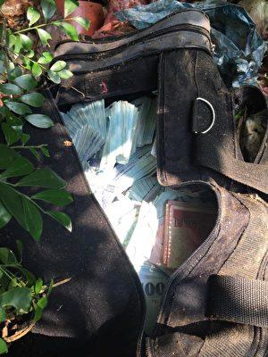 第一银行盗领案,警方在内湖区西湖公园隐秘处,找到一个破烂垃圾袋,里面疑似就是剩余赃款,金额还在清点中。(警方提供)