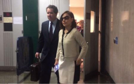 47歲的鄭薇薇安昨天下庭後戴著墨鏡快步離開,張口結舌的受害者們在后面緊跟著她離席。