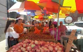 三伏天,华埠街头的水果摊档比以往任何时候都鲜艳。 (蔡溶/大纪元)