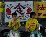 图:7月20日晚法轮功学员在中领馆前举行烛光悼念活动。(周行/大纪元)