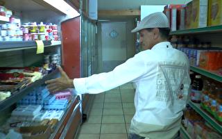 停電讓超市老闆損失不小,老闆指著冷藏部的食品表示憂心。 (韓瑞/大紀元)