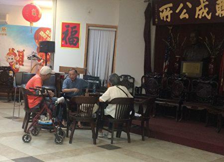 黄女士与40岁的儿子日前到访联成公所,希望能把85岁的老人接出院。 (蔡溶/大纪元)