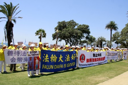 近兩百名部分洛杉磯法輪功學員赴聖莫尼卡參加紀念720「反迫害」十七周年活動。(徐綉惠/大紀元)