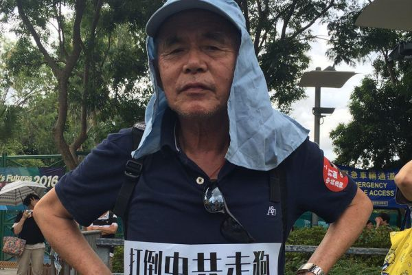 50年代末偷渡來香港的陳伯,現今72歲,今日來參與七一大遊行,呼籲「打倒共產黨。」(王文君/大紀元)