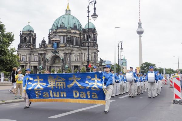 法轮功学员7月30日在柏林举行大型游行活动,图为游行队伍走过著名景点。(清飖/大纪元)