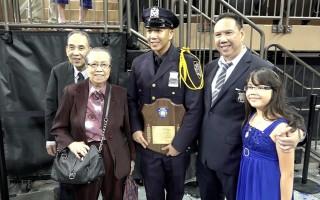 学科成绩第一的华裔新警官雷震环和父亲、祖父母在毕业典礼上。 (庄翊晨/新唐人)