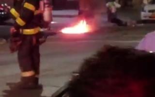 7月6日晚上皇后區阿斯托里亞44街井蓋冒火。 (居民提供)