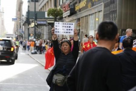 2016年9月習近平訪問紐約時,蔡文君在街頭抗議中共。