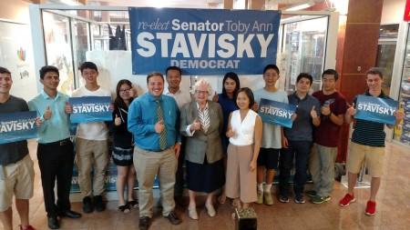 史塔文斯基(前排中)和竞选团队。 (史塔文斯基办公室提供)