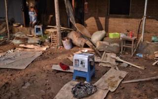 随着大贤村逐渐恢复交通,当地民间志愿者为村民带来了饮用水等救援物资。(网络图片)