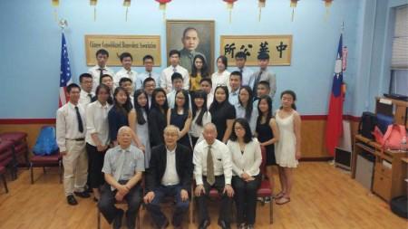 实习生们在中华公所合影。 (中华公所提供)