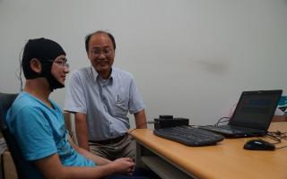 脑部功能复杂,成功大学心理系教授萧富仁(右)研究 发现,当大脑放轻松时,记忆力会提高,专注力上升, 学习或工作更有效率。 (成功大学提供/中央社)
