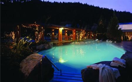哈里森温泉一游泳池。(哈里森市旅游局提供)