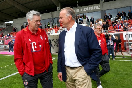 拜仁新任主帅意大利人安切洛蒂(左)与主席鲁梅尼格在赛前交流。(Bongarts/Getty Images)