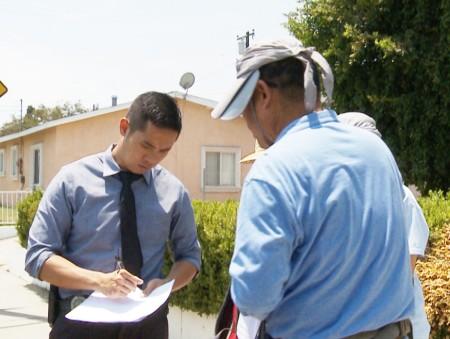 图:洛杉矶阿罕布拉警局华裔探员伍先生在记录范先生的陈述。(刘宁/大纪元)