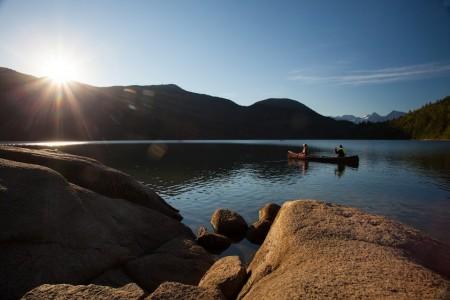 迥异于扬帆海上的波涛汹涌,泛舟湖上可谓宁静悠远。(哈里森市旅游局提供)
