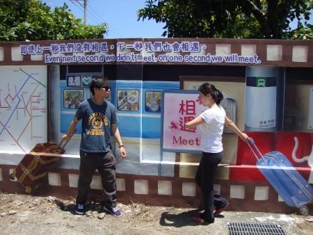 """游客来到""""喵星人的爱情故事""""3D彩绘墙,可以变为主角,溶入图画中。(蔡上海/大纪元)"""