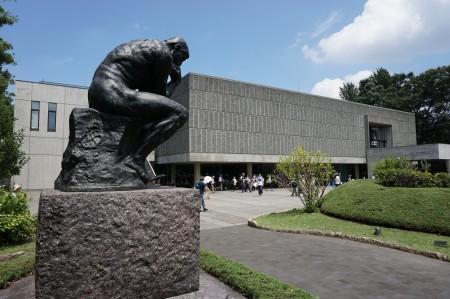 日本东京西洋美术馆外围。(卢勇/大纪元)