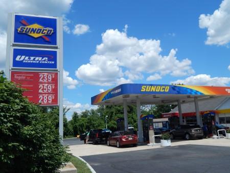 图:6月28日,州众议院通过一项议案:汽油税将在现有基础上每加仑涨23美分,该提案引起激烈反应。图为普林斯顿206号公路上一加油站。(郭茗/大纪元)