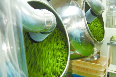 ROYCE' 抹茶杏仁巧克力的生产过程。(大纪元)