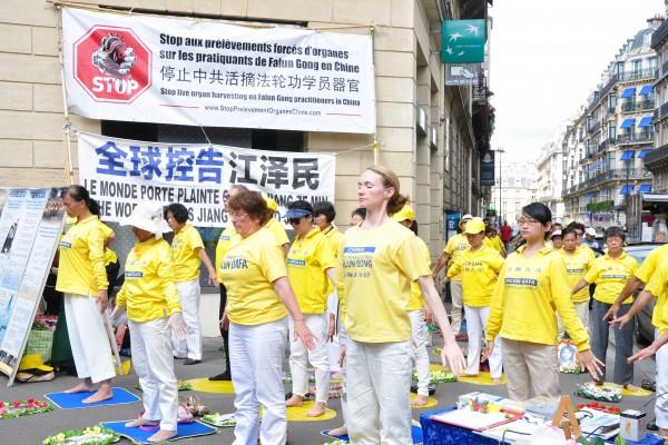 巴黎法轮功学员中使馆前反迫害 民众声援