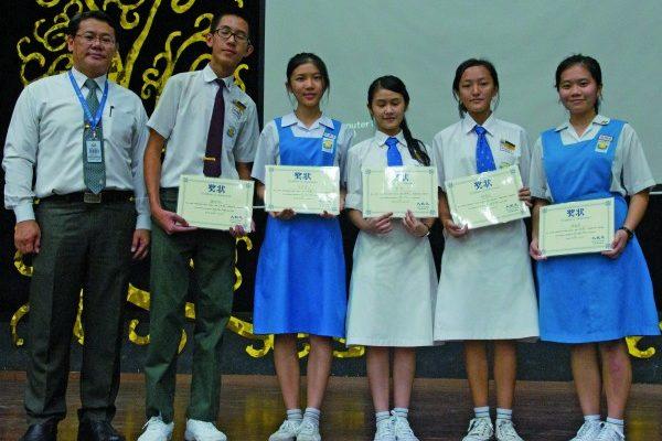 吴校长(左)与五位得奖同学合摄。(黄树聪/大纪元)