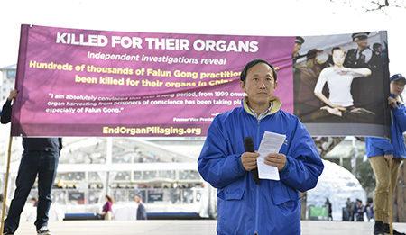 法轮功学员黄国华悲痛地表示:他相信妻子被活摘器官。(安萍/大纪元)