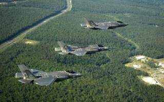 三种型号的F-35列队飞行,从上到下分别是F-35A、F-35B和F-35C。 (维基百科)
