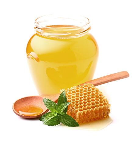 海盐与蜂蜜混合可制成保湿度佳的面膜。(Fotolia)
