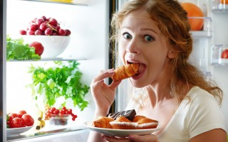 专家说,晚上吃消夜容易愈吃愈多,看到体重计数自可能会让人很泄气,且可能导致心智反应减缓与注意力不集中。(fotolia)