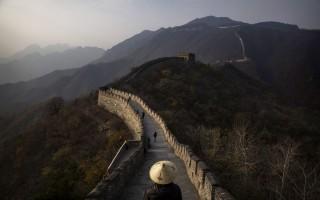 北京文化當局發誓要打壓毀壞長城的犯罪行為,擔憂這個聯合國教科文組織認定的世界文化遺產將一塊磚一塊磚的消失。 (Kevin Frayer/Getty Images)