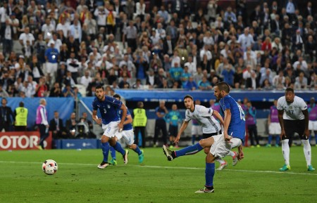 BORDEAUX, FRANCE - JULY 02: Leonardo Bonucci of Italy converts the penalty to score his team's first goal during the UEFA EURO 2016 quarter final match between Germany and Italy at Stade Matmut Atlantique on July 2, 2016 in Bordeaux, France. (Photo by Laurence Griffiths/Getty Images)