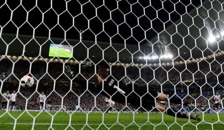 博努奇利用點球為義大利隊扳平比分。(Laurence Griffiths/Getty Images)