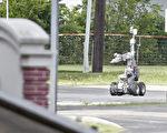 2015年6月13日达拉斯警察使用机器人靠近一辆装甲货车,该车由一名袭击达拉斯警察总部的嫌犯驾驶。(Stewart F. House/Getty Images)
