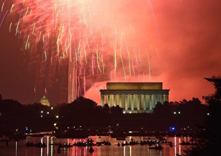 看烟火。  ( MLADEN ANTONOV/AFP/Getty Images)