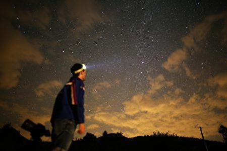 """今年8月全球天幕十分精彩:北半球三大流星雨之一的英仙座流星雨,将迎来超常规大爆发,""""天女散花""""般划过天幕。(MARCO BERTORELLO/AFP/Getty Images)"""