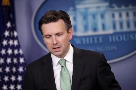 美國白宮發言人厄尼思特(Josh Earnest)在新聞簡報會上,呼籲各方自制,不要利用這個機會採取「升高情勢或挑釁的行動」。(Alex Wong/Getty Images)