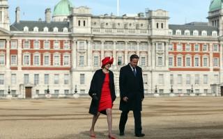 英國無預警推遲中法投資核電廠計劃。圖為前任首相卡梅倫及現任首相梅。(Carl Court/Getty Images)