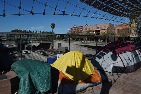 7月26日﹐洛杉矶无家可归者管理局(Los Angeles Homeless Services)宣布即试图在100天内为100名无家可归青年寻找到安全及稳定的住处。图为2015年12月无家可归者在市中心联邦大楼附近的高架桥旁搭营。 (MARK RALSTON/AFP/Getty Images)