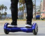 美国一些喜欢新奇或刺激的消费者,骑在悬停板上,作为代步工具。  (FREDERIC J. BROWN/AFP/Getty Images)