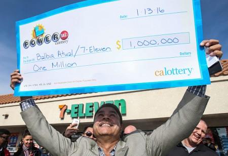今年1月,加州一间7-11店老板 Balbir Atwal卖出美国史上最大的头奖16亿美元,因此获得加州乐透的100万美金奖励。( Ringo Chiu/Getty Images)