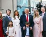 川普全家福,后排右起依序为埃里克,伊万卡,川普、美兰尼亚、小唐纳及蒂芙尼。前排2名小孩是小唐纳的孩子。(Spencer Platt/Getty Images)